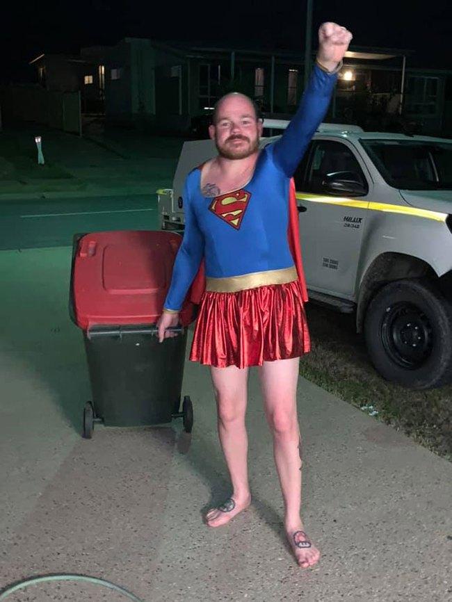 Phải ở nhà né dịch, dân Úc tranh thủ mở show diễn thời trang khi ra ngoài đổ rác - Ảnh 13.