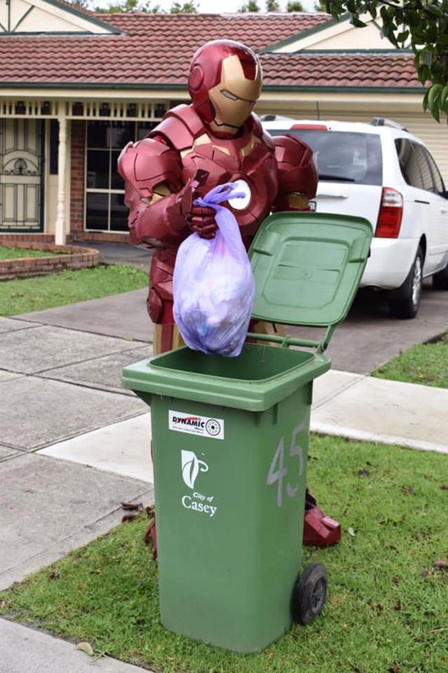 Phải ở nhà né dịch, dân Úc tranh thủ mở show diễn thời trang khi ra ngoài đổ rác - Ảnh 10.