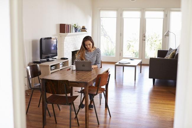 9 lời khuyên cho chị em làm việc tại nhà để không ảnh hưởng đến tư thế, điều quan trọng là hãy mặc áo ngực!  - Ảnh 2.