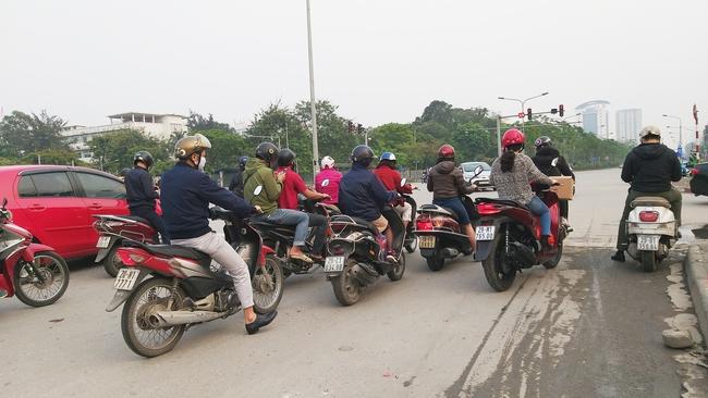 Hà Nội: Sau 8 ngày giãn cách xã hội, người dân đã đổ ra đường như tan chợ - Ảnh 6.