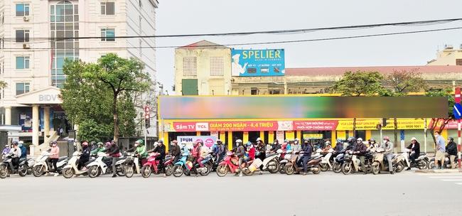 Hà Nội: Sau 8 ngày giãn cách xã hội, người dân đã đổ ra đường như tan chợ - Ảnh 9.