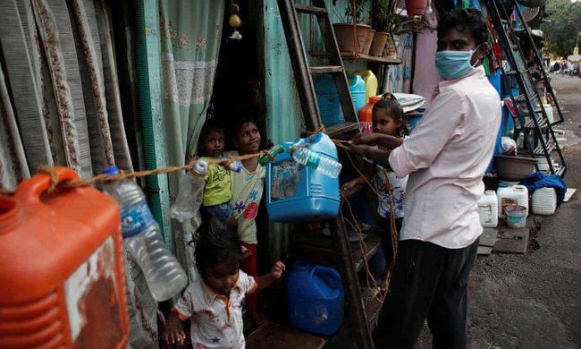 """Quả bom hẹn giờ khiến Ấn Độ có nguy cơ """"vỡ trận"""" vì Covid-19: Khu ổ chuột lớn nhất châu Á với hơn 1 triệu dân, 80 người phải chung nhau một nhà vệ sinh - Ảnh 7."""