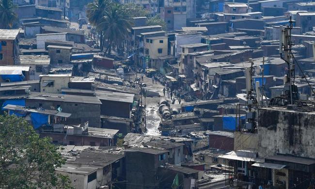 """Quả bom hẹn giờ khiến Ấn Độ có nguy cơ """"vỡ trận"""" vì Covid-19: Khu ổ chuột lớn nhất châu Á với hơn 1 triệu dân, 80 người phải chung nhau một nhà vệ sinh - Ảnh 1."""