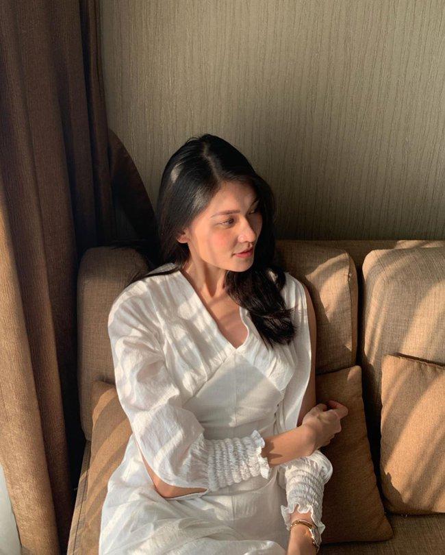 """Á hậu Thùy Dung có cả loạt cách tạo dáng để chủ thể luôn xinh tươi như một nàng thơ trong từng khoảnh khắc """"sống ảo"""" - Ảnh 6."""