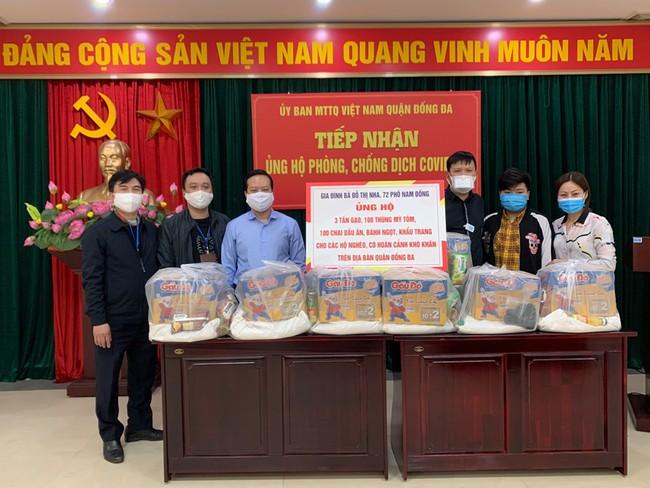 Hà Nội: Giải tán đám đông, quà từ thiện được trao tận tay người nghèo - Ảnh 5.