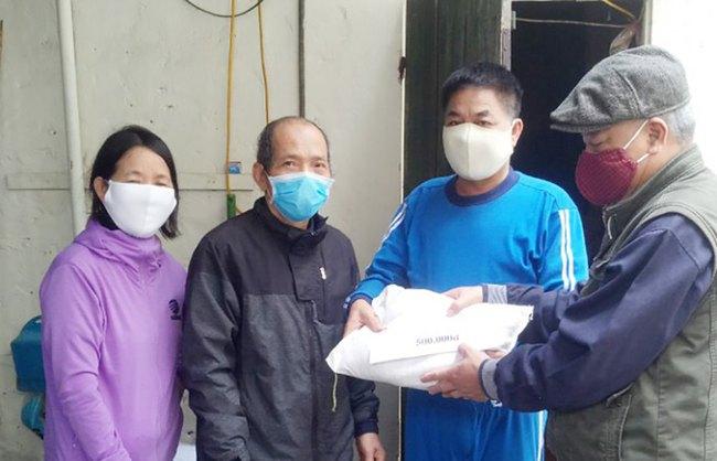 Hà Nội: Giải tán đám đông, quà từ thiện được trao tận tay người nghèo - Ảnh 4.