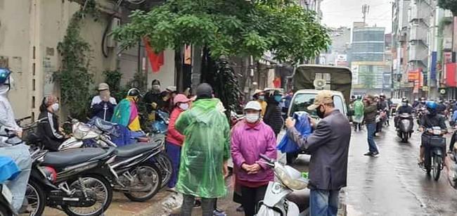 Người dân đến xếp hàng chờ lấy quà quá đông làm ảnh hướng đến công tác phòng chống dịch