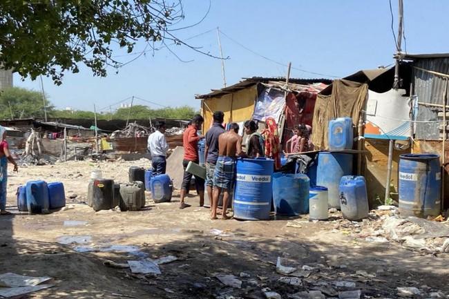 """Quả bom hẹn giờ khiến Ấn Độ có nguy cơ """"vỡ trận"""" vì Covid-19: Khu ổ chuột lớn nhất châu Á với hơn 1 triệu dân, 80 người phải chung nhau một nhà vệ sinh - Ảnh 5."""