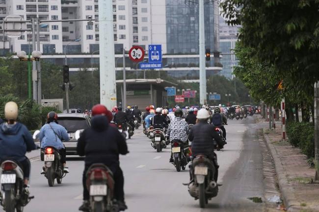 Hà Nội: Sau 8 ngày giãn cách xã hội, người dân đã đổ ra đường như tan chợ - Ảnh 3.