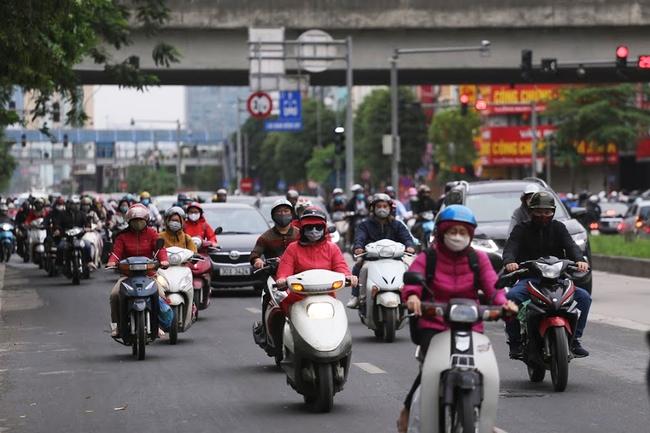 Hà Nội: Sau 8 ngày giãn cách xã hội, người dân đã đổ ra đường như tan chợ - Ảnh 2.