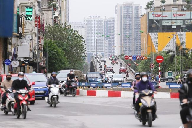 Hà Nội: Sau 8 ngày giãn cách xã hội, người dân đã đổ ra đường như tan chợ - Ảnh 5.