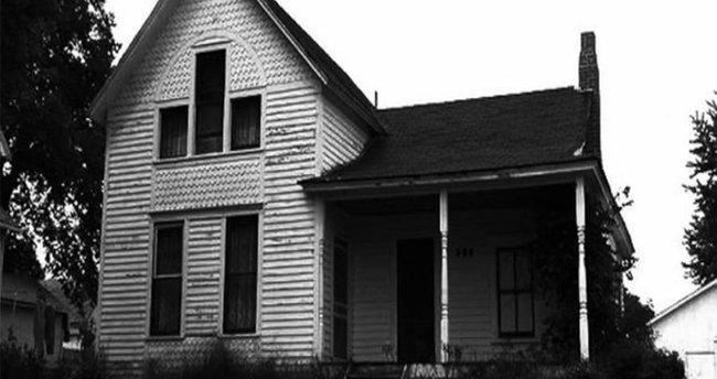 Ngôi nhà im lìm suốt buổi sáng khiến hàng xóm lo lắng trước khi phát hiện ra cái chết của 8 người bên trong và hiện trường kì lạ - Ảnh 1.