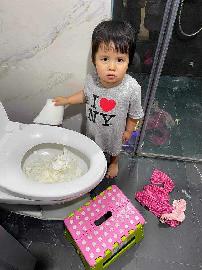 """Bị bắt quả tang thả đầy giấy vệ sinh vào toilet, con gái MC Minh Trang ra vẻ hối lỗi nhưng câu nói cuối cùng khiến mẹ """"ngã ngửa"""" - Ảnh 2."""