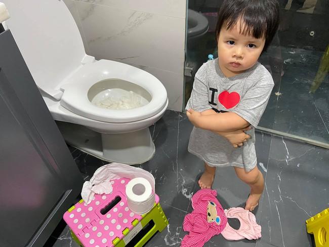 """Bị bắt quả tang thả đầy giấy vệ sinh vào toilet, con gái MC Minh Trang ra vẻ hối lỗi nhưng câu nói cuối cùng khiến mẹ """"ngã ngửa"""" - Ảnh 1."""