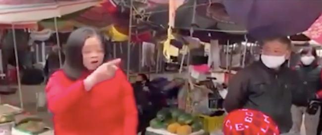"""Vào chợ không đeo khẩu trang, bị nhắc nhở, người phụ nữ liên tục chửi bới, chỉ tay thách thức: """"Đừng có xía mõm vào"""" - Ảnh 3."""
