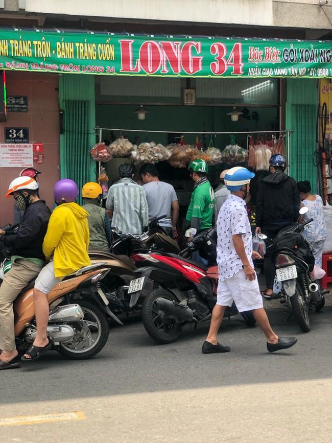 """Có 250k trong tay, nhất định nên """"bay"""" tới 4 quán bánh tráng trộn bình dân nổi tiếng Sài Gòn để ăn thả ga món vỉa hè vừa rẻ vừa ngon này - Ảnh 4."""