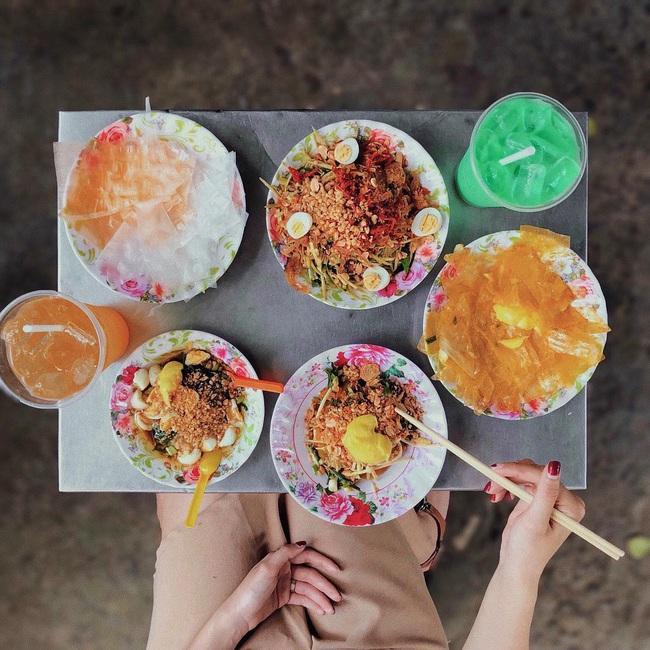 """Có 250k trong tay, nhất định nên """"bay"""" tới 4 quán bánh tráng trộn bình dân nổi tiếng Sài Gòn để ăn thả ga món vỉa hè vừa rẻ vừa ngon này - Ảnh 13."""