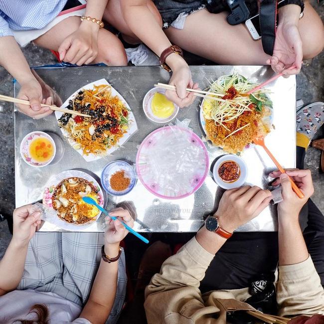 """Có 250k trong tay, nhất định nên """"bay"""" tới 4 quán bánh tráng trộn bình dân nổi tiếng Sài Gòn để ăn thả ga món vỉa hè vừa rẻ vừa ngon này - Ảnh 12."""