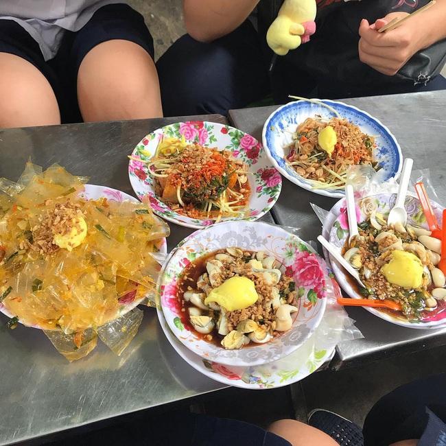 """Có 250k trong tay, nhất định nên """"bay"""" tới 4 quán bánh tráng trộn bình dân nổi tiếng Sài Gòn để ăn thả ga món vỉa hè vừa rẻ vừa ngon này - Ảnh 11."""