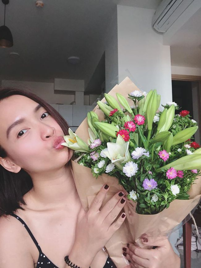 Ái Phương thích thú vì nhận được bó hoa tươi thắm.