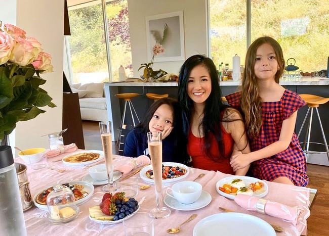 Hồng Nhung hạnh phúc vì được 2 con chuẩn bị bàn ăn vừa đẹp mắt, vừa ngon miệng.