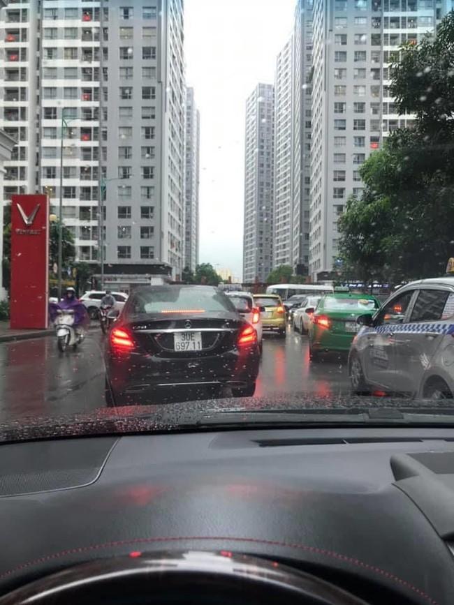Sau cơn mưa lớn vào sáng sớm, Hà Nội tắc đường kinh hoàng, người dân khổ sở đội mưa đi học, đi làm - Ảnh 2.
