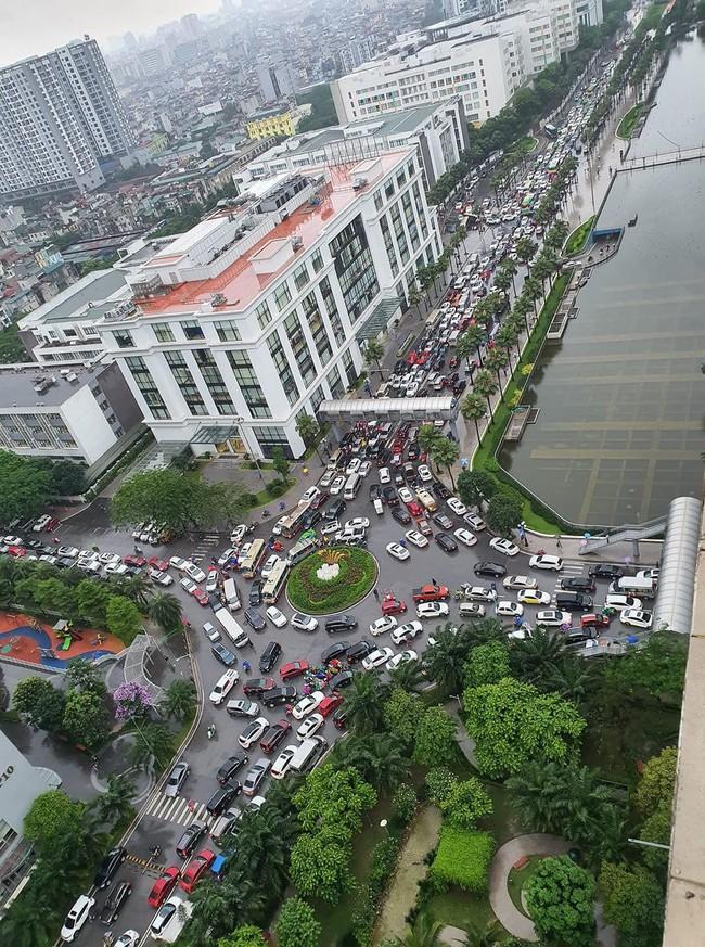Sau cơn mưa lớn vào sáng sớm, Hà Nội tắc đường kinh hoàng, người dân khổ sở đội mưa đi học, đi làm - Ảnh 4.