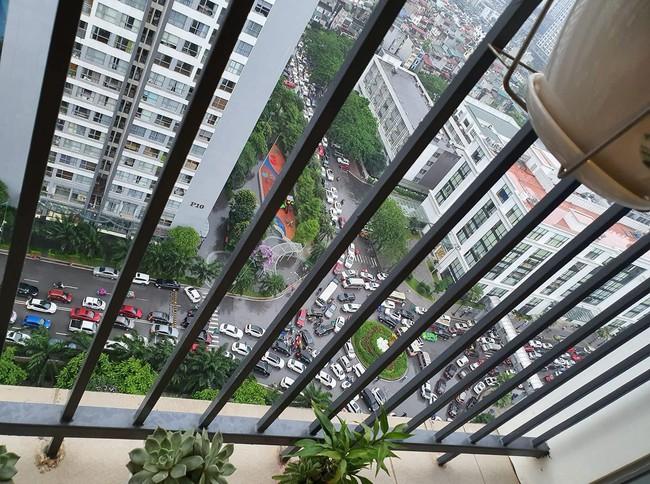 Sau cơn mưa lớn vào sáng sớm, Hà Nội tắc đường kinh hoàng, người dân khổ sở đội mưa đi học, đi làm - Ảnh 5.