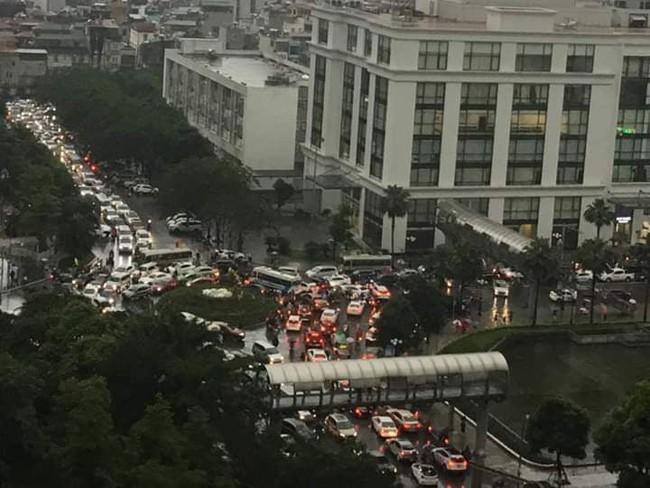 Sau cơn mưa lớn vào sáng sớm, Hà Nội tắc đường kinh hoàng, người dân khổ sở đội mưa đi học, đi làm - Ảnh 7.