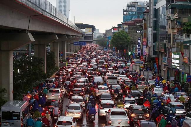Sau cơn mưa lớn vào sáng sớm, Hà Nội tắc đường kinh hoàng, người dân khổ sở đội mưa đi học, đi làm - Ảnh 8.