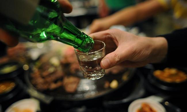 Bị nhà người yêu thách uống 30 chén rượu mới gả con gái cho, anh chàng khéo đối đáp khiến bố vợ tương lai đồng ý luôn mà chẳng phải uống giọt rượu nào! - Ảnh 1.