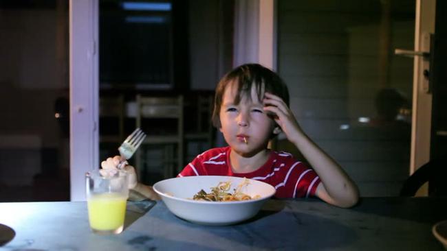 Còn duy trì 4 thói quen này trước giờ đi ngủ của con, đừng hỏi vì sao con thấp lùn hơn các bạn cùng tuổi - Ảnh 2.