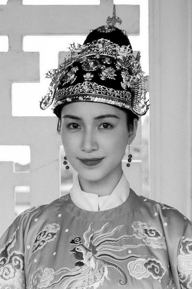 Hòa Minzy tung MV về chuyện tình Vua Bảo Đại - Nam Phương Hoàng hậu, xuất hiện với tạo hình tuyệt đẹp - Ảnh 10.