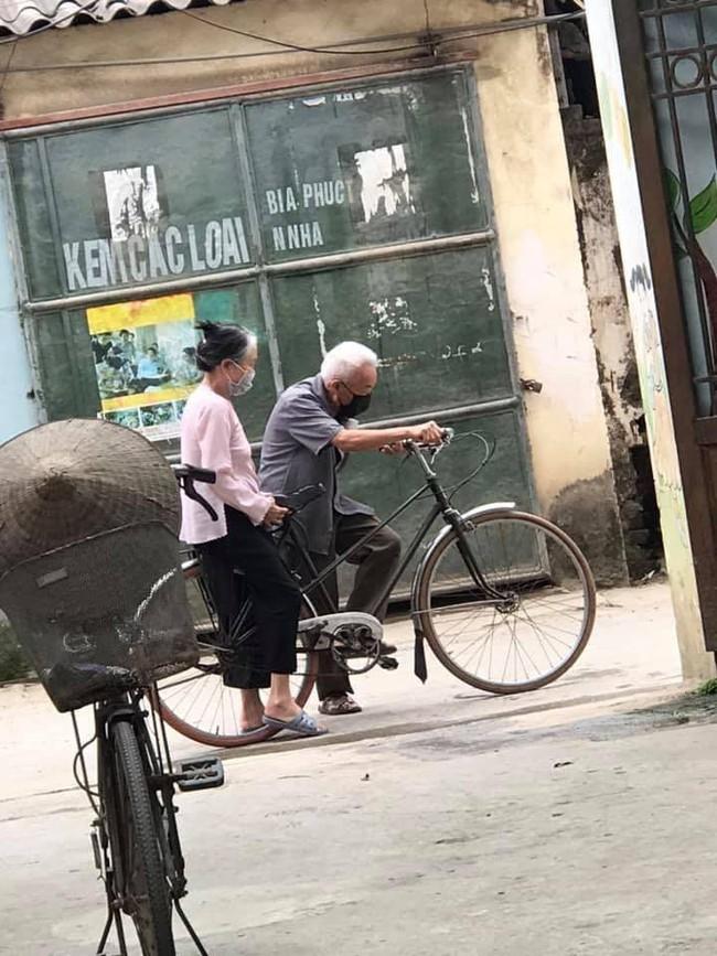 Hình ảnh 2 ông bà chở nhau trên chiếc xe đạp trước ngõ và mẩu chuyện phía sau khiến ai nấy cực kì thích thú - Ảnh 2.