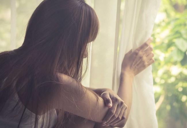 Đến thăm tôi ở cữ, nhìn cảnh phòng ngủ của mẹ con tôi, mẹ chồng ngân ngấn nước mắt rồi thu dọn quần áo xin cho tôi về lại nhà chồng - Ảnh 2.