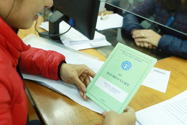 Thu mua sổ bảo hiểm xã hội của người lao động là hành vi bất hợp pháp, có thể bị phạt tù nặng - Ảnh 4.