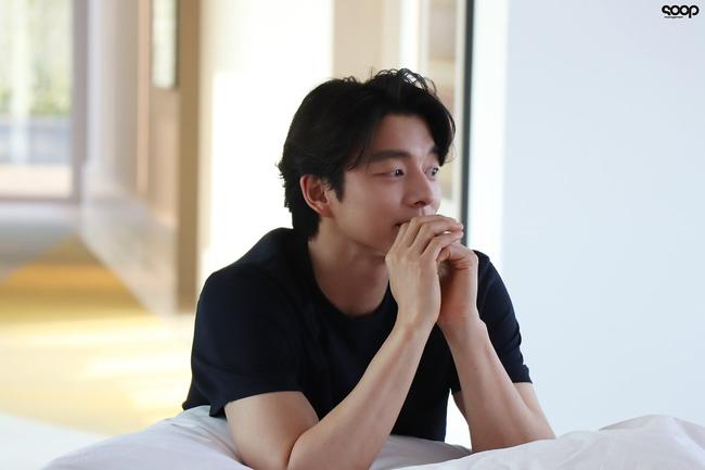 """Mê mẩn trước loạt khoảnh khắc đẹp xuất sắc của """"ông chú yêu tinh"""" Gong Yoo, 40 tuổi rồi nhưng vẫn điển trai và phong độ ngời ngời - Ảnh 12."""