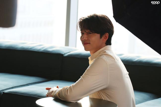 """Mê mẩn trước loạt khoảnh khắc đẹp xuất sắc của """"ông chú yêu tinh"""" Gong Yoo, 40 tuổi rồi nhưng vẫn điển trai và phong độ ngời ngời - Ảnh 10."""