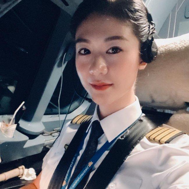Bé gái đầu lòng của nữ cơ trưởng Huỳnh Lý Đông Phương mới ngày nào con bé tý xíu, nay đã đeo tạp dề phụ mẹ việc bếp núc - Ảnh 1.