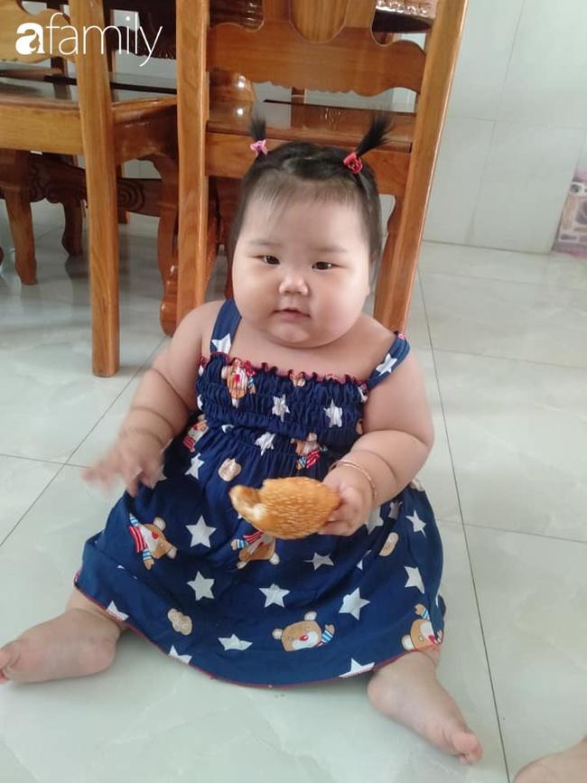 Chỉ bú mẹ và ăn cơm canh rau, bé 1 tuổi ở Cần Thơ nặng 21kg,  chân tay ngân ngấn như con sâu nhìn cực yêu - Ảnh 7.