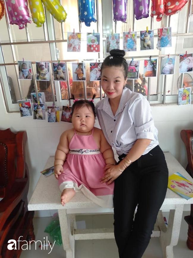 Chỉ bú mẹ và ăn cơm canh rau, bé 1 tuổi ở Cần Thơ nặng 21kg,  chân tay ngân ngấn như con sâu nhìn cực yêu - Ảnh 2.