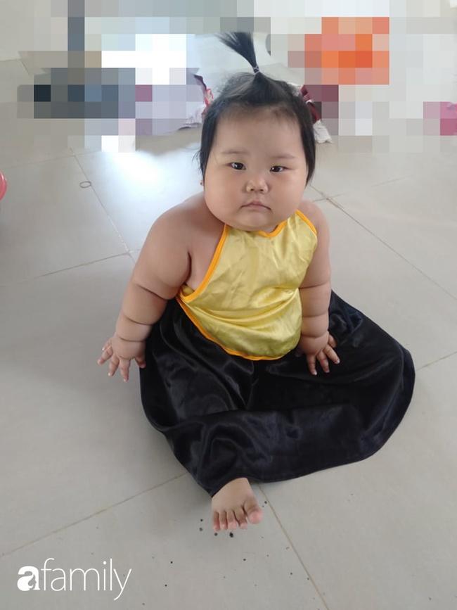Chỉ bú mẹ và ăn cơm canh rau, bé 1 tuổi ở Cần Thơ nặng 21kg,  chân tay ngân ngấn như con sâu nhìn cực yêu - Ảnh 9.