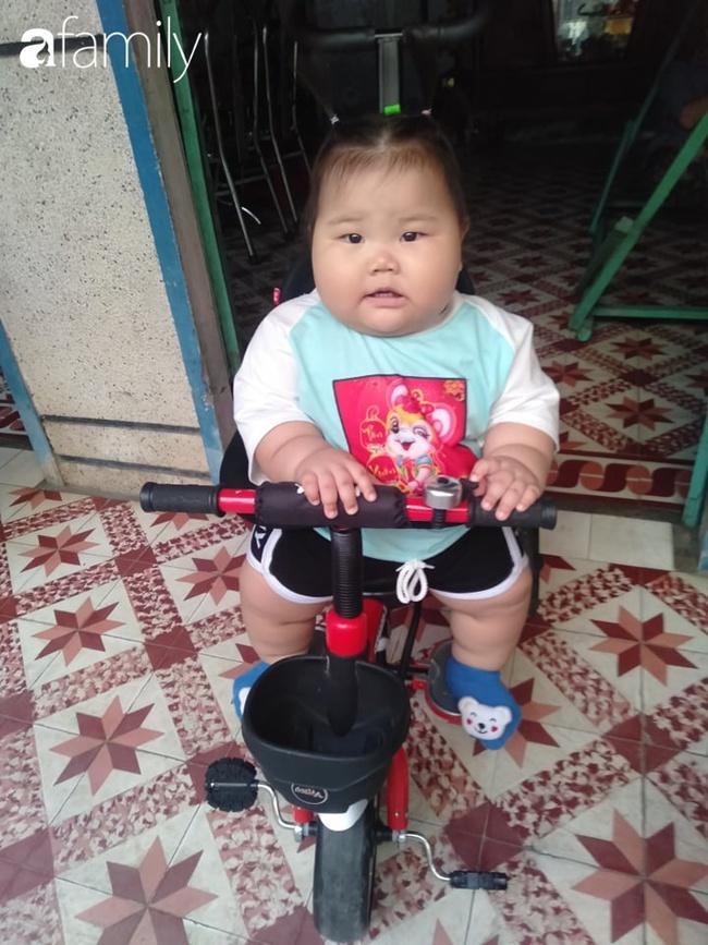 Chỉ bú mẹ và ăn cơm canh rau, bé 1 tuổi ở Cần Thơ nặng 21kg,  chân tay ngân ngấn như con sâu nhìn cực yêu - Ảnh 10.
