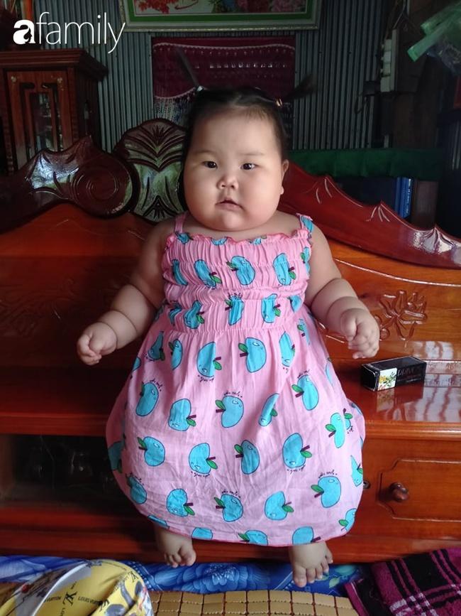 Chỉ bú mẹ và ăn cơm canh rau, bé 1 tuổi ở Cần Thơ nặng 21kg,  chân tay ngân ngấn như con sâu nhìn cực yêu - Ảnh 8.