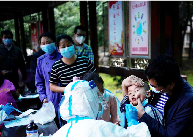 Cập nhật dịch COVID-19: Hơn 4,5 triệu người mắc bệnh, WHO cảnh báo khủng hoảng sức khỏe tâm thần toàn cầu, Người dân Vũ Hán xếp hàng dưới mưa để kiểm tra COVID-19 - Ảnh 3.