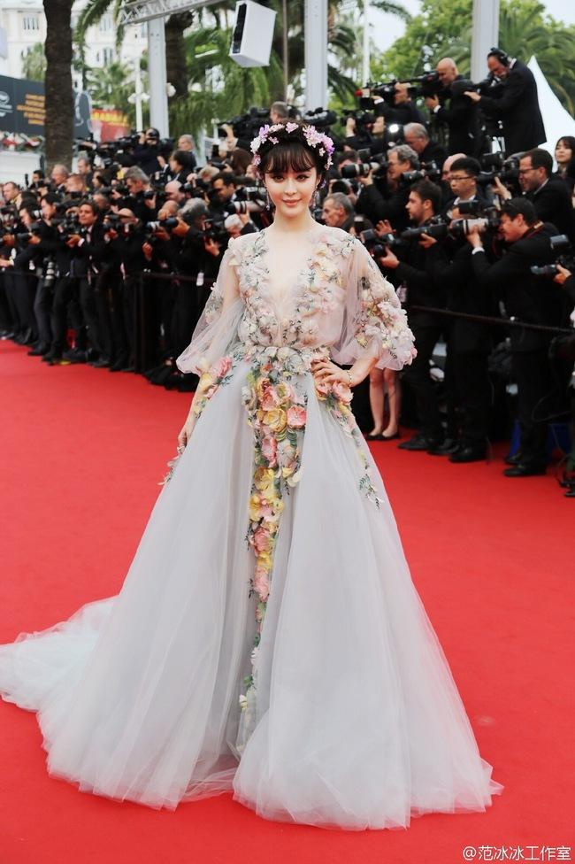 Dàn mỹ nhân Hoa ngữ và những lần khuynh đảo thảm đỏ Cannes: Phạm Băng Băng xuất hiện với rừng hoa, Dương Mịch gây xôn xao với hành động đầy tranh cãi - Ảnh 2.