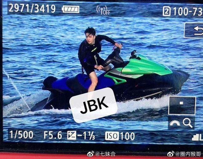 """Vừa quay xong """"Hữu Phỉ"""", Vương Nhất Bác đã cắt tóc, lướt sóng đẹp mê mẩn, netizen náo loạn gọi tên  - Ảnh 9."""