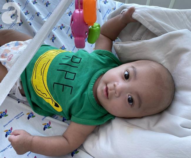 TP.HCM: Xót xa bé trai 1 tuần tuổi bị bỏ rơi tại bồn lavabo khách sạn, bị nhiễm trùng sơ sinh - Ảnh 4.