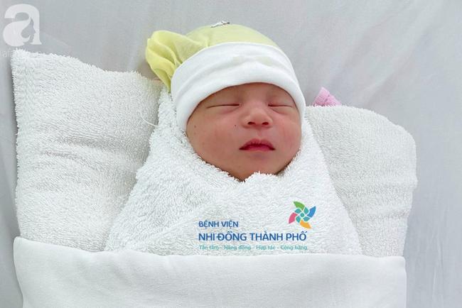 TP.HCM: Xót xa bé trai 1 tuần tuổi bị bỏ rơi tại bồn lavabo khách sạn, bị nhiễm trùng sơ sinh - Ảnh 1.