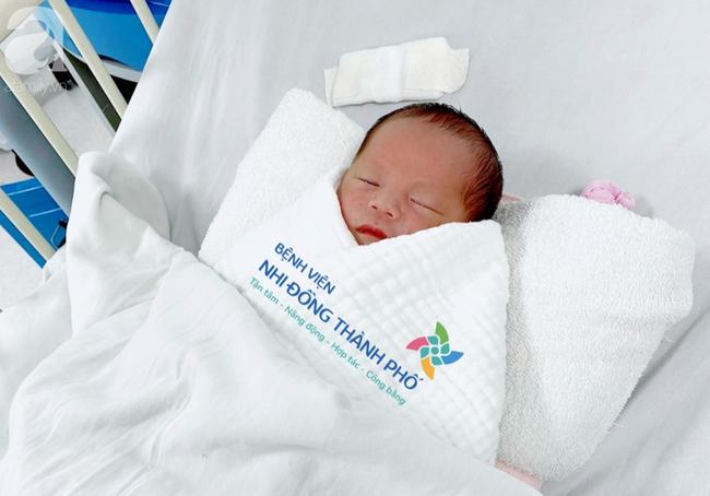 TP.HCM: Xót xa bé trai 1 tuần tuổi bị bỏ rơi tại bồn lavabo khách sạn, bị nhiễm trùng sơ sinh - Ảnh 2.